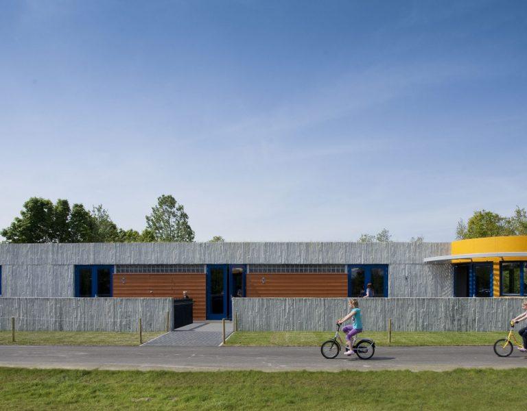 aanzicht sanitairgebouw camping De Duinhoeve